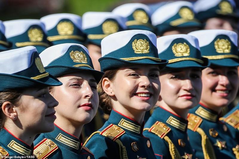 Bông hồng Nga xinh tươi trong lễ duyệt binh qua Quảng trường Đỏ.
